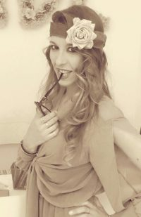 Cinta con flor blanca