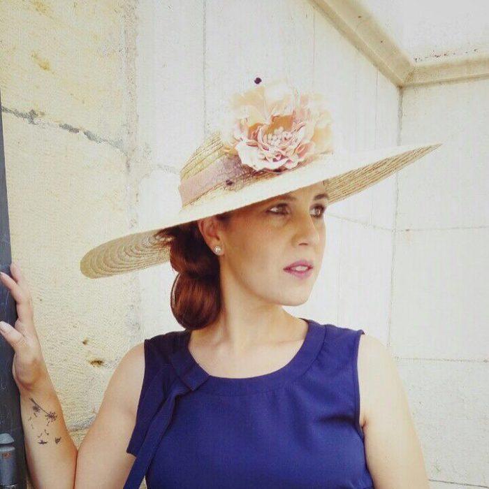 Sombrero con decoración floral