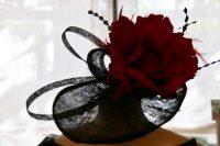 Tocado negro con flor roja